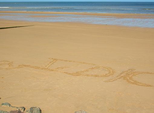 grande scritta sulla sabbia di omaha beach: V° D/C