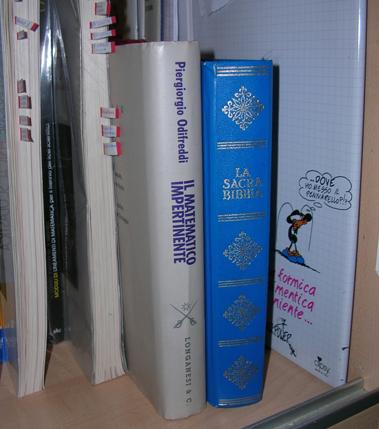 Bibbia e Matematico impertinente affiancati sul mio scaffale